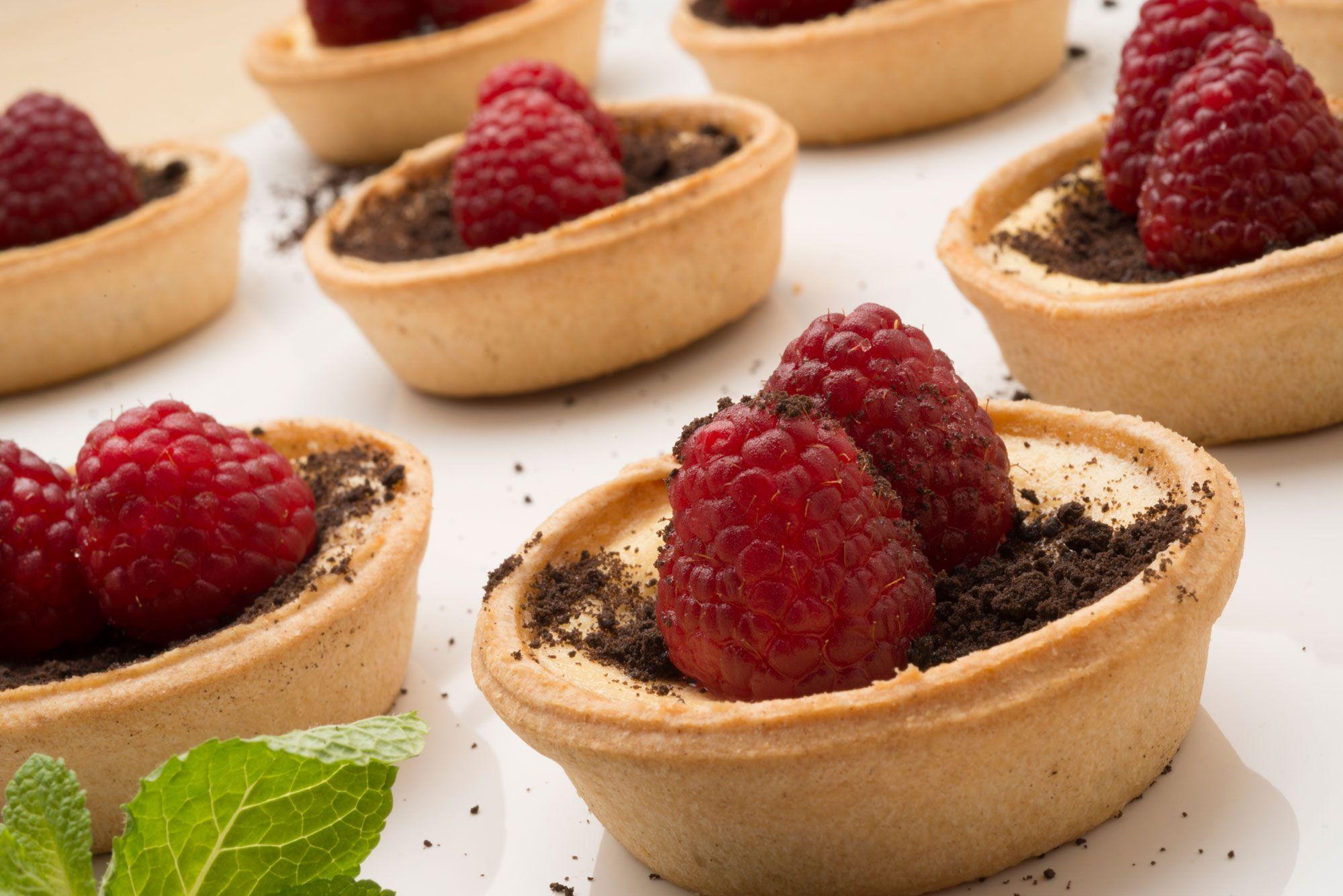 25 postres y tartas para triunfar en San Valentín - Tartaletas de pistachos y frambuesas