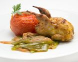 Codornices con fritada y tomates asados