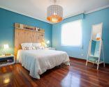 Dormitorio de matrimonio azul y blanco