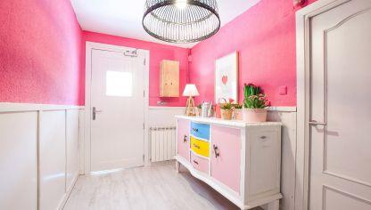 decorar un recibidor rosa y luminoso