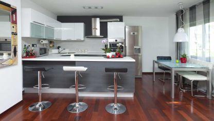 Cocina alargada negra y gris hogarmania for Cocina blanca y suelo gris