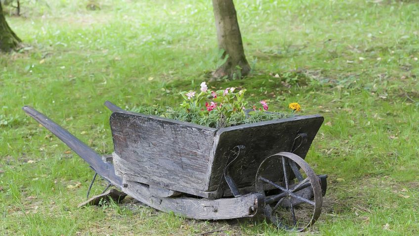 Decorar El Jardín Con Carretillas Con Plantas Hogarmania