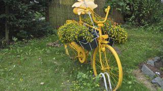 Decorar jardines con bicicletas