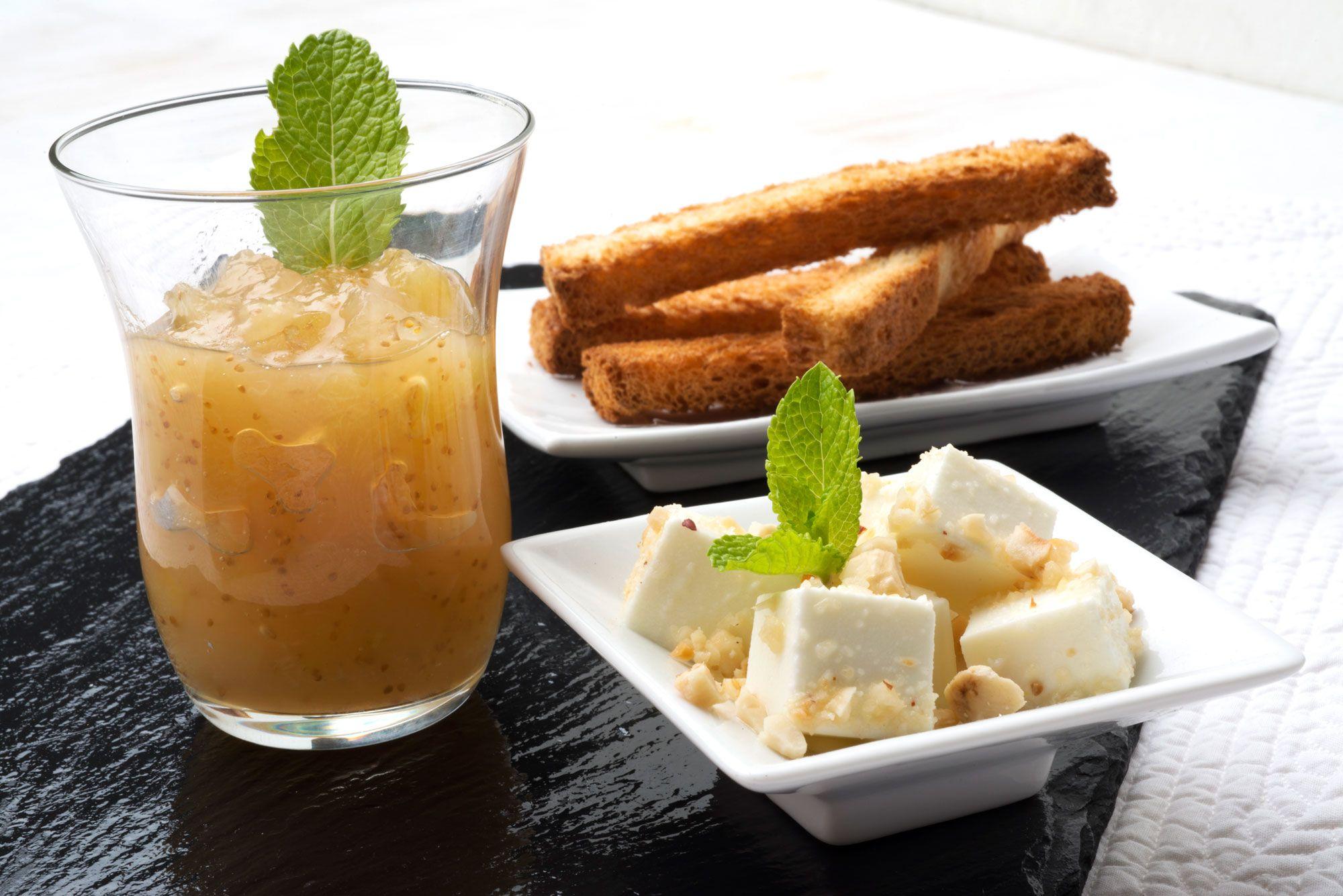 Compota de higos con pan y queso fresco
