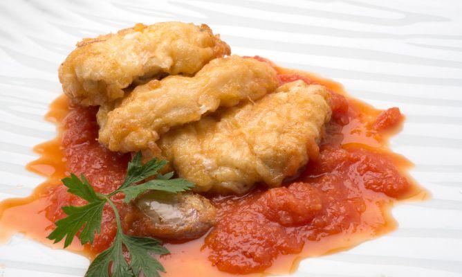 Rape rebozado con salsa de tomate al azafrán