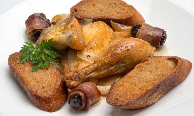 Pollo al txakoli con pan al ajo