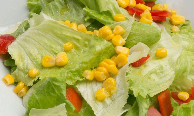 Ensalada de lechuga, pimiento rojo y maíz