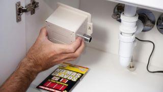 Instalar grifo automático en lavabo