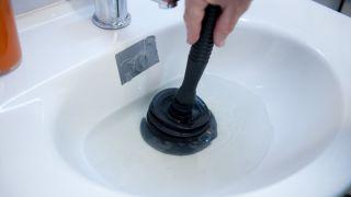 Cómo desatascar una una tubería