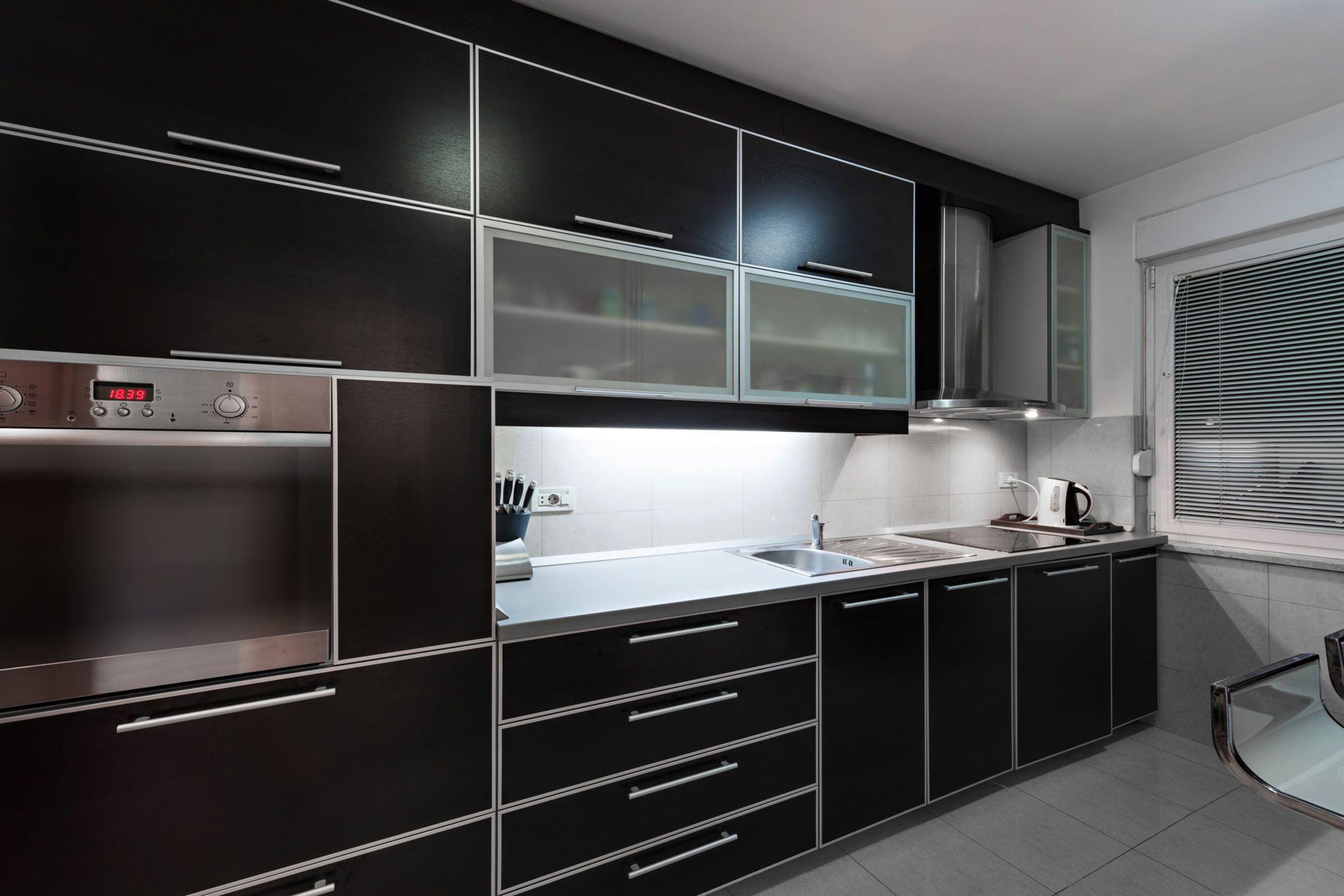 cocina alargada negra y gris hogarmania On cocinas moradas y negras