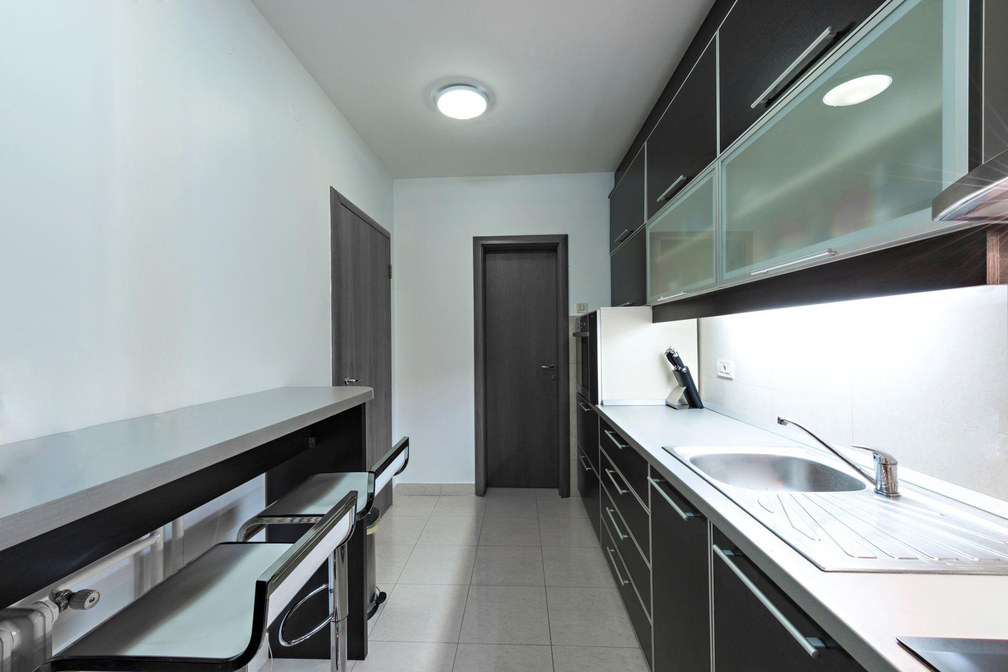 Cocina alargada negra y gris