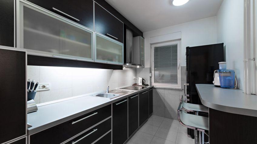 Decoracion Cocinas Alargadas | Cocina Alargada Negra Y Gris Hogarmania