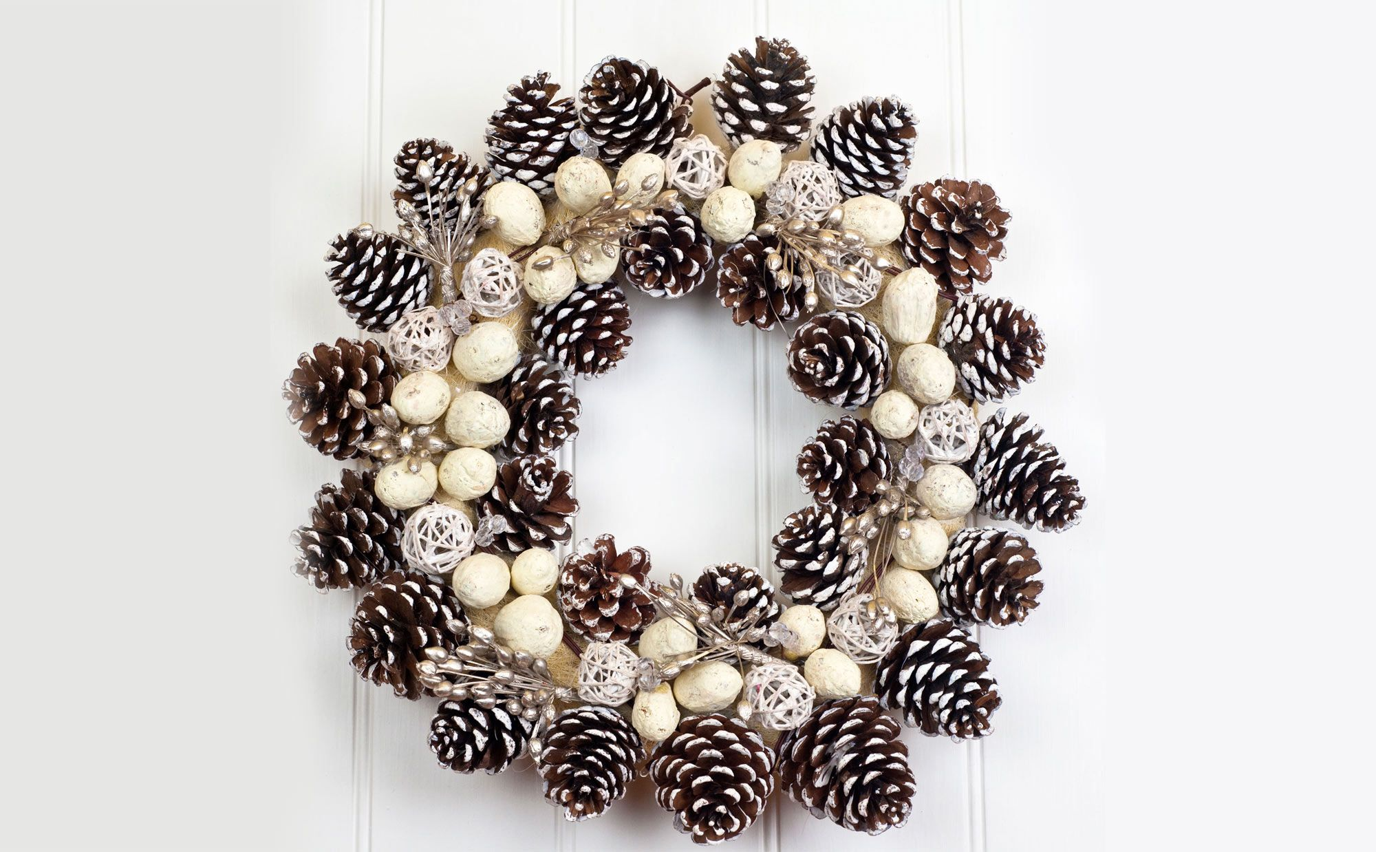 Decoraci n de navidad con pi as secas hogarmania for Coronas de navidad hechas a mano