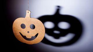 Siluetas de Halloween: ¡Proyecta a los personajes más terroríficos en la pared!