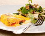 Tortilla caprese y ensalada fresca
