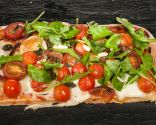 Pizza de quesos y tomates