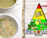 Sopa de arroz con verduras y gambas, plato nutritivo y saludable