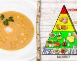 Sopa de tomate y cebolla con huevo, plato rico en vitaminas y antioxidantes