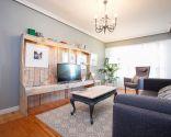 Salón luminoso de estilo nórdico en gris y madera