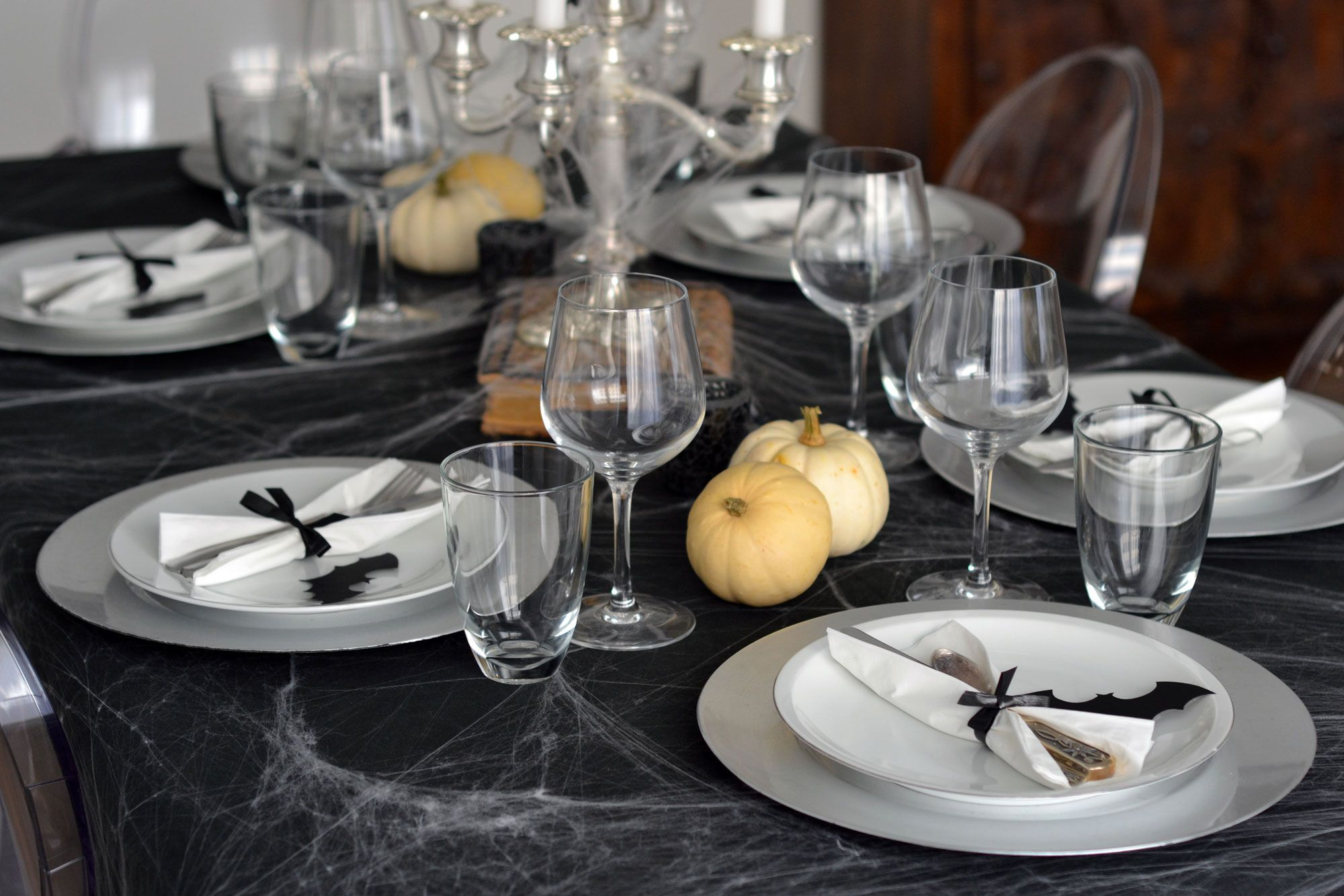 Decorar mesa para Halloween en blanco y negro Hogarmania
