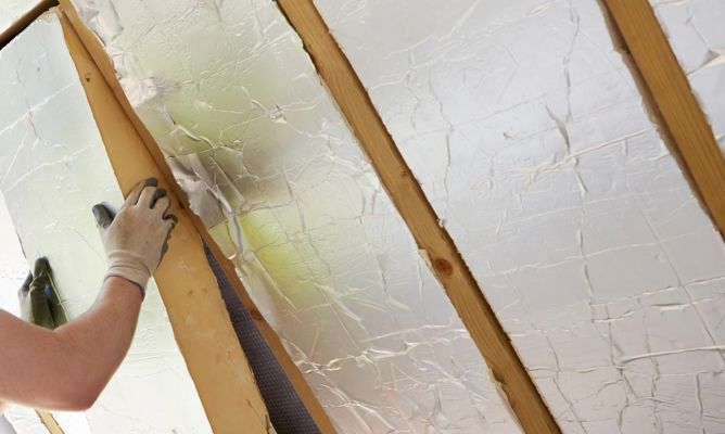 Ideas para aislar del fr o puertas y ventanas bricoman a - Materiales para forrar paredes interiores ...