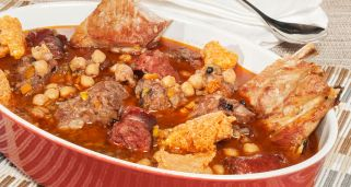 Puchero de garbanzos con costilla