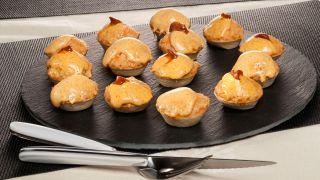 Tartaletas de pastel de pescado y mahonesa de erizo