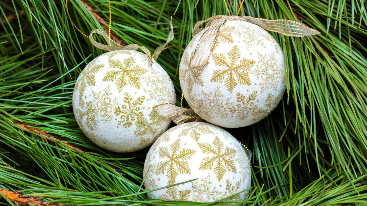 0ac5615971f76 Bolas de Navidad en blanco y oro para decorar el árbol