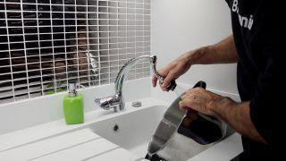 Colocar un aireador flexible para grifo de cocina