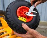 Cambiar ruedas a carretilla de mano de almacén