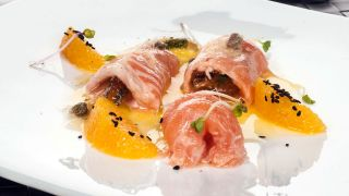 Rollitos de salmón con coulis de naranja
