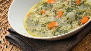 Sopa de arroz con verduras y pollo