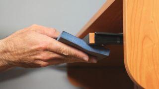 Arreglar el canto de un escritorio
