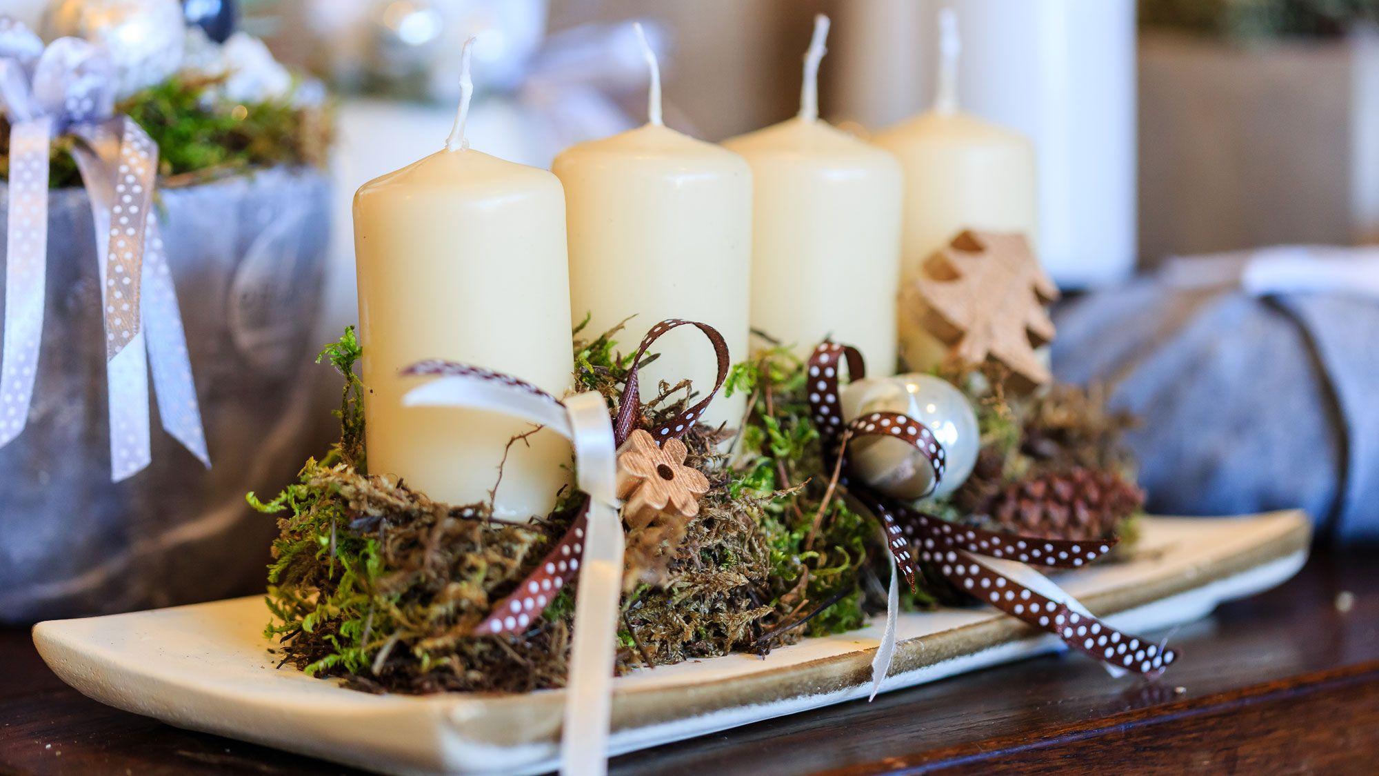 Centro navideño rústico con velas