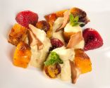 Brocheta de frutas con espuma de curry
