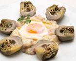 Alcachofas con huevo escalfado y parmentiere de jamón