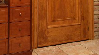Cómo colocar un burlete en la puerta de entrada