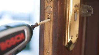 Cómo cambiar bombín de puerta