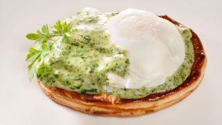 Huevos escalfados con bechamel de espinacas