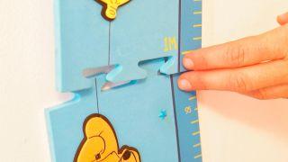 Cómo colocar un medidor para comprobar cuánto crecen los niños