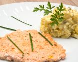Hamburguesa de salmón con ensaladilla de patata