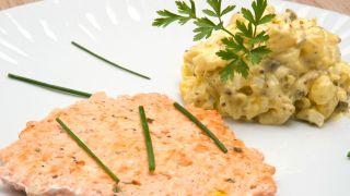 Hamburguesa de salmón con ensaladilla de patata y salsa tártara