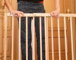 Cómo colocar una barrera de seguridad infantil en una escalera - Paso 1