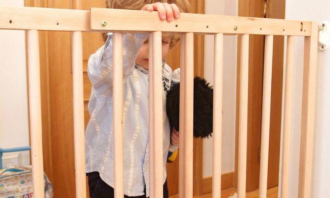 8f0b124da7d2 Cómo colocar una barrera de seguridad infantil en una escalera ...