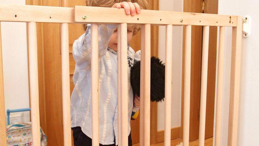 Cómo colocar una barrera de seguridad infantil en una escalera ...