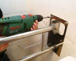 Cómo colocar una barra de apoyo abatible en un inodoro - Paso 5