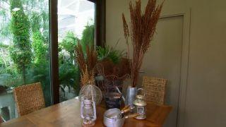 Arreglos florales con espigas secas de astilbes