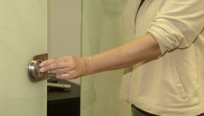 Sustituir un pomo o tirador encastrado de un armario - Tirador puerta cristal ...