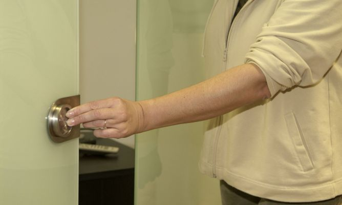 Colocar un tirador en puerta corredera de cristal bricoman a for Colocar puerta corredera