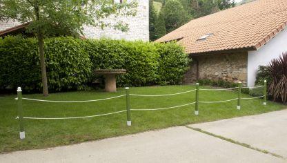 Instalar valla de madera bricoman a - Jardines decorados con madera ...